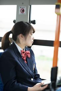 バスの中で景色を見る女子学生の写真素材 [FYI04298268]