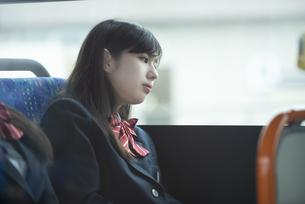 バスの中で考え事をする女子学生の写真素材 [FYI04298271]