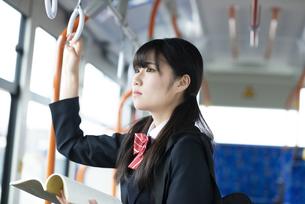 バス通学をする女子学生の写真素材 [FYI04298272]