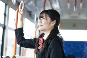 バス通学をする女子学生の写真素材 [FYI04298273]