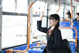 バス通学をする女子学生の写真素材 [FYI04298274]
