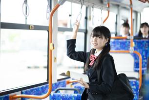 バス通学をする女子学生の写真素材 [FYI04298275]