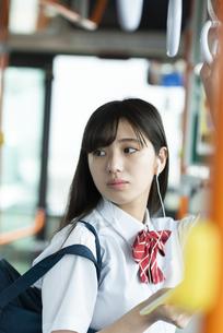 バスの中で振り向く女子学生の写真素材 [FYI04298290]