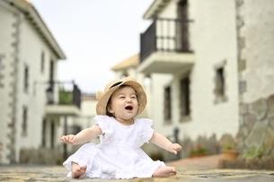 笑顔の白いドレスを着た幼児の写真素材 [FYI04298592]