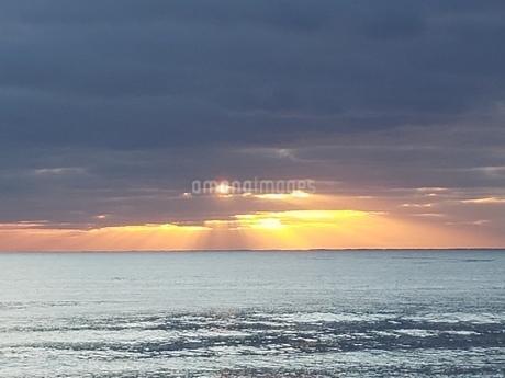 夕日と水平線の写真素材 [FYI04298636]