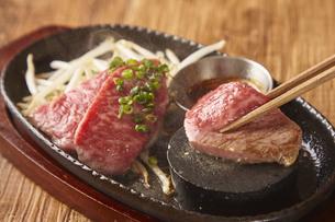 石焼きステーキの写真素材 [FYI04299094]