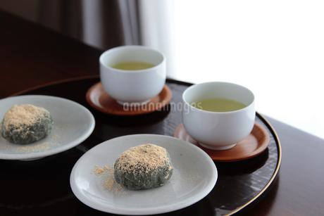 よもぎ餅とお茶の写真素材 [FYI04299186]