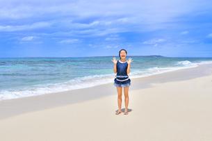 ビーチで笑う女の子(沖縄 宮古島 長間浜)の写真素材 [FYI04299437]