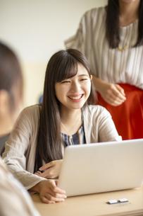 パソコンを操作する女子学生の写真素材 [FYI04299481]