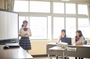 スクリーンの前に立つ女子学生の写真素材 [FYI04299509]