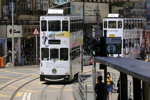 香港の街を行く路面電車トラム。英国植民地時代から走り続ける香港庶民の足の写真素材 [FYI04299772]