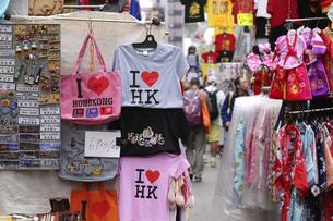 香港・旺角(モンコック/Mong Kok)の通菜街(通称女人街)で売られる香港土産のシャツなどの写真素材 [FYI04299774]