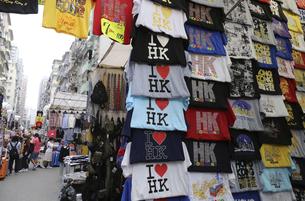 香港・旺角(モンコック/Mong Kok)の通菜街(通称女人街)で売られる香港土産のシャツなどの写真素材 [FYI04299776]