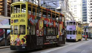 香港の街を行く路面電車トラム。英国植民地時代から走り続ける香港庶民の足の写真素材 [FYI04299778]