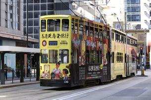 香港の街を行く路面電車トラム。英国植民地時代から走り続ける香港庶民の足の写真素材 [FYI04299779]
