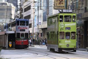 香港の街を行く路面電車トラム。英国植民地時代から走り続ける香港庶民の足の写真素材 [FYI04299780]