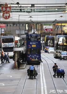 香港の街を行く路面電車トラム。英国植民地時代から走り続ける香港庶民の足の写真素材 [FYI04299781]