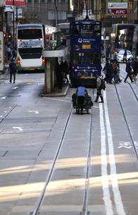 香港の街を行く路面電車トラム。英国植民地時代から走り続ける香港庶民の足の写真素材 [FYI04299782]