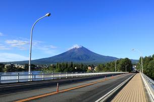 日本の道100選 の河口湖大橋から眺める世界文化遺産の富士山の写真素材 [FYI04300241]