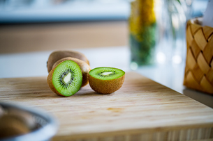 Fresh kiwifruit on wooden cutting board.の写真素材 [FYI04300905]