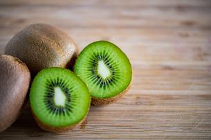 Fresh kiwifruit on wooden cutting board.の写真素材 [FYI04300907]
