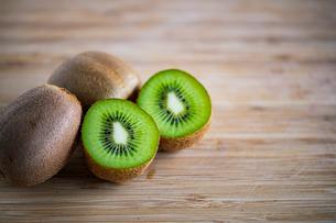 Fresh kiwifruit on wooden cutting board.の写真素材 [FYI04300908]