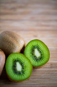 Fresh kiwifruit on wooden cutting board.の写真素材 [FYI04300909]
