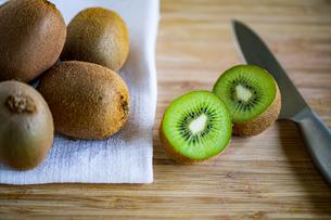 Fresh kiwifruit on wooden cutting board.の写真素材 [FYI04300910]
