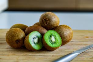 Fresh kiwifruit on wooden cutting board.の写真素材 [FYI04300912]