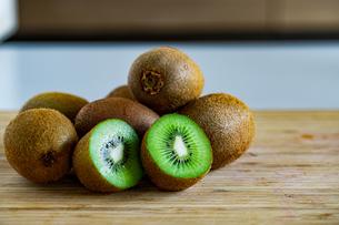 Fresh kiwifruit on wooden cutting board.の写真素材 [FYI04300913]
