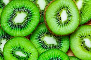 Fresh sliced kiwi fruit. For background image.の写真素材 [FYI04300915]
