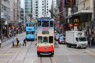 香港の街を行く路面電車トラム。英国植民地時代から走り続ける香港庶民の足の写真素材 [FYI04300916]