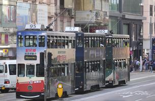 香港の街を行く路面電車トラム。英国植民地時代から走り続ける香港庶民の足の写真素材 [FYI04300919]