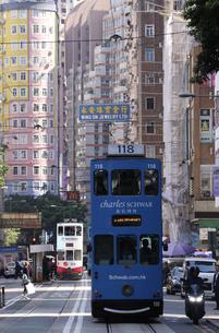 香港の街を行く路面電車トラム。英国植民地時代から走り続ける香港庶民の足の写真素材 [FYI04300922]