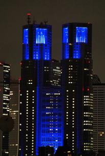 医療従事者の応援の為にブルーにライトアップされた東京都庁ビル   Tokyo metropolitan governmentの写真素材 [FYI04300942]