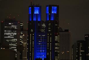 医療従事者の応援の為にブルーにライトアップされた東京都庁ビルの写真素材 [FYI04300943]