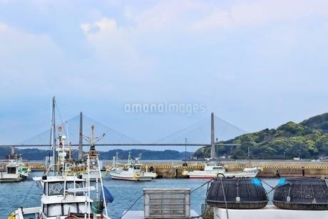 佐賀県唐津市呼子大橋と漁港の写真素材 [FYI04301039]