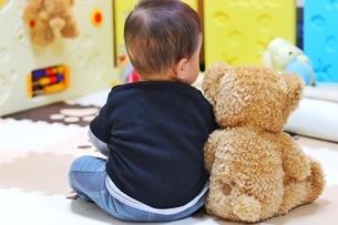 赤ちゃんとぬいぐるみの写真素材 [FYI04301057]