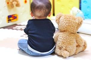 赤ちゃんとぬいぐるみの写真素材 [FYI04301058]