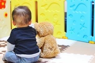 赤ちゃんとぬいぐるみの写真素材 [FYI04301059]