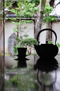 和室に置いたお茶セットの写真素材 [FYI04301102]