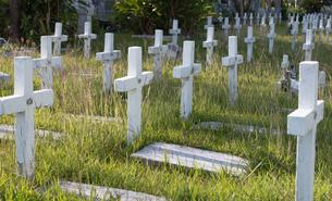 キリスト教の墓地に十字架の形をした墓が並んでいるの写真素材 [FYI04301154]
