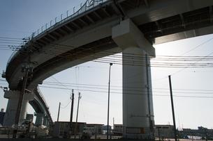 カーブしている高架橋を下から見上げるの写真素材 [FYI04301156]