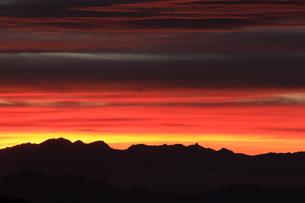 日本100名山の蓼科山から日没の北アルプス穂高岳と槍ヶ岳を望むの写真素材 [FYI04301271]