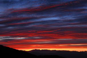 日本100名山の蓼科山から日没の北アルプス穂高岳と槍ヶ岳を望むの写真素材 [FYI04301272]