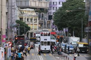 香港・ワンチャイ(湾仔)の街を行く路面電車トラム。トラムは英国植民地時代から走り続ける香港庶民の足の写真素材 [FYI04301410]