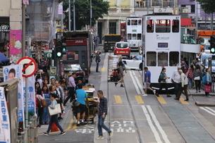 香港・ワンチャイ(湾仔)の街を行く路面電車トラム。英国植民地時代から走り続ける香港庶民の足の写真素材 [FYI04301411]