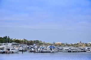 オーストラリア・西オーストラリア州のインド洋沿岸の木々に囲まれたアリーナに並ぶ沢山の船と建物の写真素材 [FYI04301438]