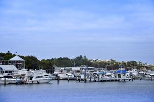 オーストラリア・西オーストラリア州のインド洋沿岸の木々に囲まれたアリーナに並ぶ沢山の船と建物の写真素材 [FYI04301439]