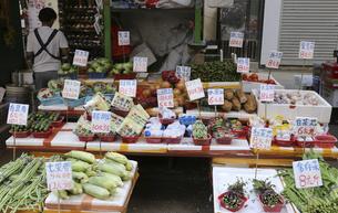香港・旺角(モンコック/Mong Kok)の市場で売られる野菜。日本でなじみの野菜も多いが、見たこともない野菜も売られている。の写真素材 [FYI04301445]